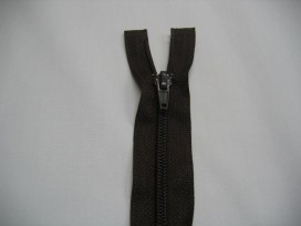 Donkerbruine deelbare fijne rits. 70 cm. lang.