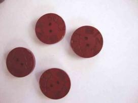Een rode houten knoop met een doorsnee van 22 mm. Van 0,70 voor 0,30 euro