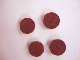 Een rode houten knoop met een doorsnee van 18 mm.
