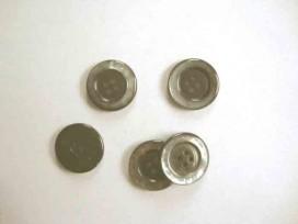 Een kunststof 4-gaats mantelknoop donkerbruin met grijs glansrandje. Doorsnee 25mm.