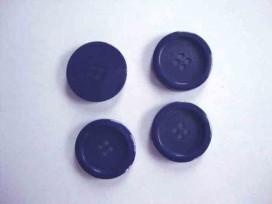 Een kunststof mantelknoop donkerblauw met een doorsnee van 22 mm.