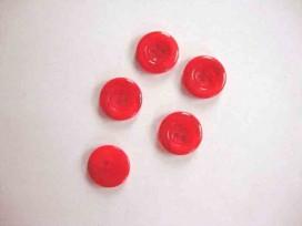 Een kunststof mantelknoop doorschijnend rood gemeleerd met een doorsnee van 18 mm.
