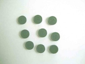 Een kleine kunststof knoop donkergroen met een doorsnee van 12 mm.