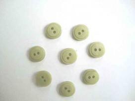 Een kleine kunststof knoop mosgroen met een doorsnee van 12 mm.