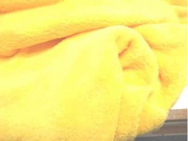 Zeer zachte en soepele gele wellness fleece, geschikt voor kleding, hobby en/of decoratie. 100% polyester 1.50 mtr . br. 260 gr.