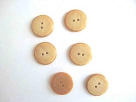 Kunststof knoop in 2 maten Camel 2-gaats gemeleerd 22 mm. kkk2m-1021