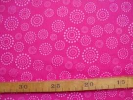 Een pink kleurige katoen met roze stip cirkels, 3 maten doorsnee. 100% katoen 1.44 mtr. br. 110 gr/m2.