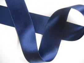 Donkerblauw satijnlint dubbelzijdig van 50 mm. breed.