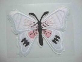 Een witte vlinder applicatie van 7 x 6 cm.  Om te plakken of te strijken, 2 in 1.