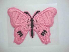 Een roze vlinder applicatie van 7 x 6 cm.  Om te plakken of te strijken, 2 in 1.