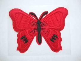 Een rode vlinder applicatie van 7 x 6 cm.  Om te plakken of te strijken, 2 in 1.