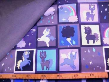 Een taupe kleurige softshell met een ruitpint met diversen afbeeldingen. De stof is wind en waterdicht en rafelt niet. 97% Pe/3%