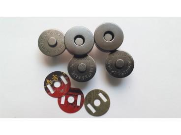 Donkerzilveren magnetische inslag drukknoop. 18 mm. doorsnee. per stuk.