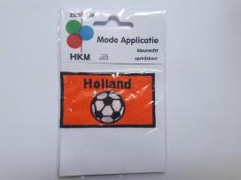 Een oranje opstrijkbare applicatie van 8 x 5 cm.  Holland met voetbal